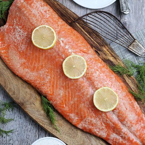 smoked salmon served with lemons on top